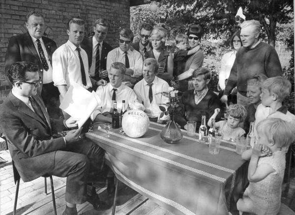 Bestyrelsen ved klubbens 60 års jubilæum. Niels ses med bestyrelse og hele hans familie, Birthe, Jesper, Lisbeth og Marianne omkring sig. De har altid været sammen om foreningsarbejdet